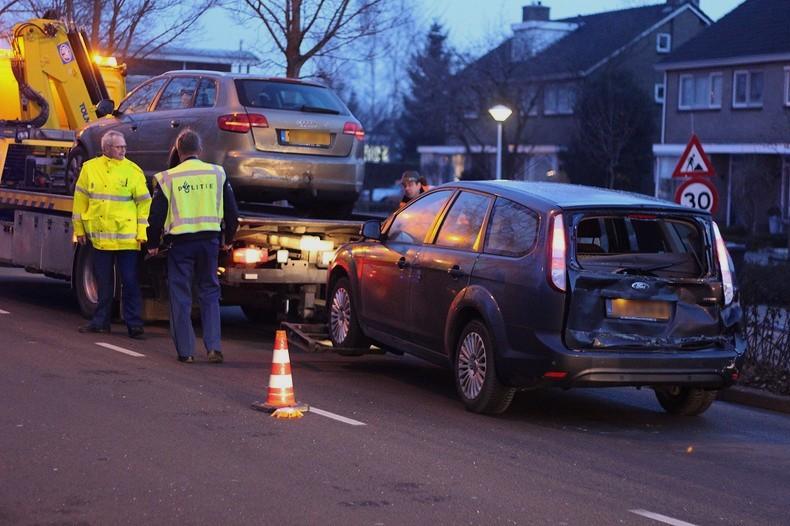 Vrachtwagen botst op rij wachtende auto's