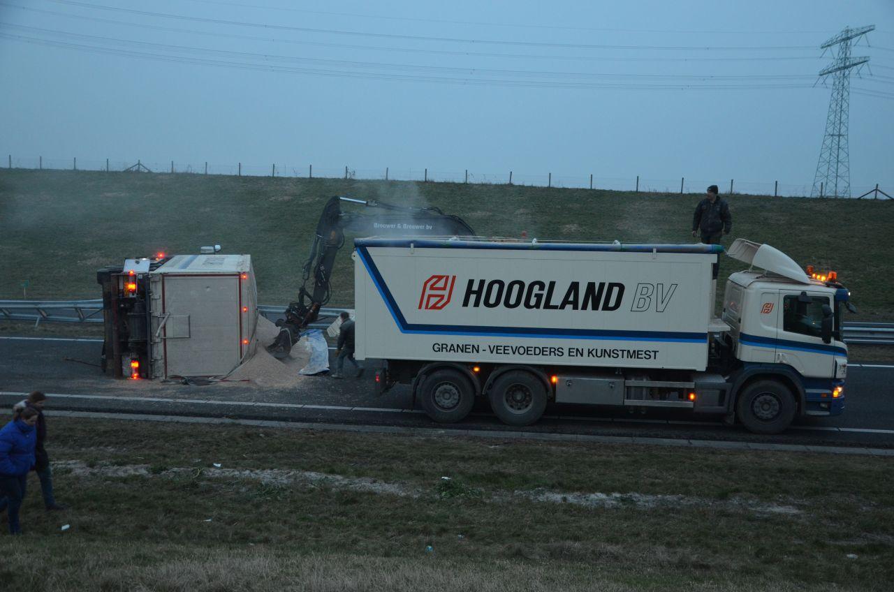 Vrachtwagen gekanteld op Waldwei