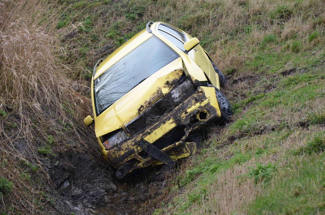 Auto uit de bocht en belandt in greppel