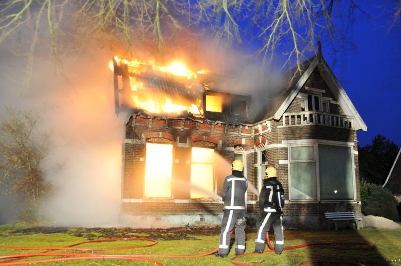 Woning gedeeltelijk verwoest door felle brand
