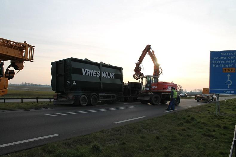 Vrachtwagen gekanteld: N383 tijdelijk dicht