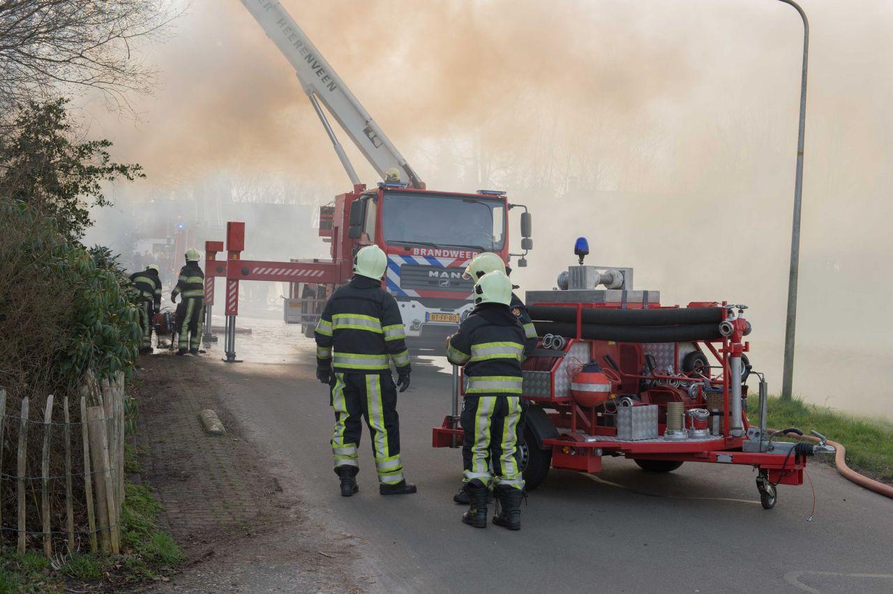 Grote brand in woning met rieten kap