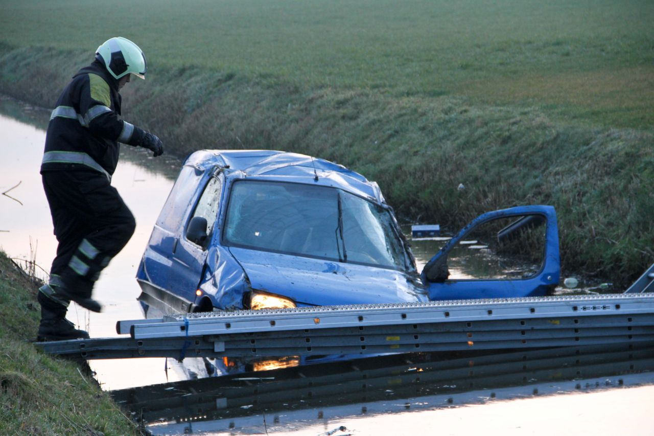 Auto in sloot na aanrijding A31