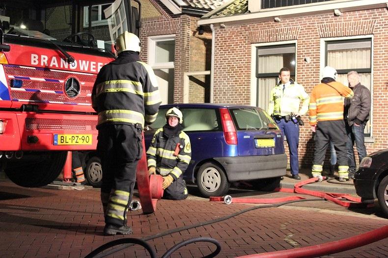 Brandweerlieden doven schoorsteenbrand
