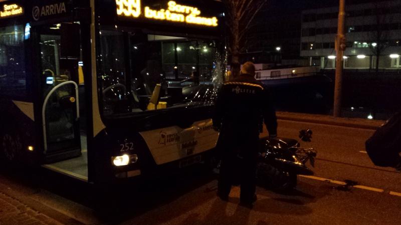 Scooter frontaal in botsing met lijnbus