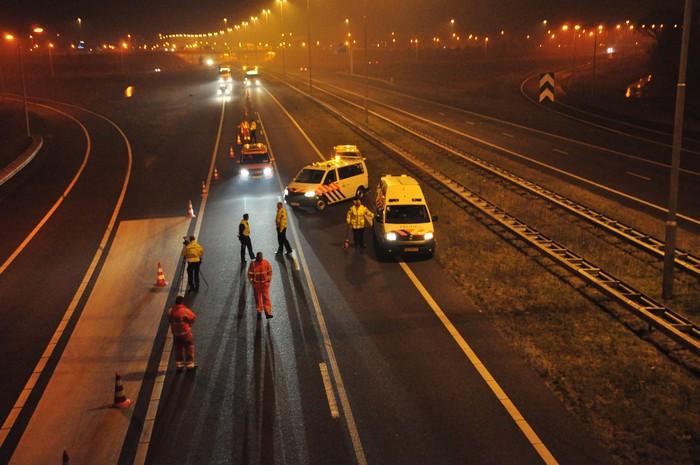 Auto tegen vangrail onder viaduct: bestuurder gewond