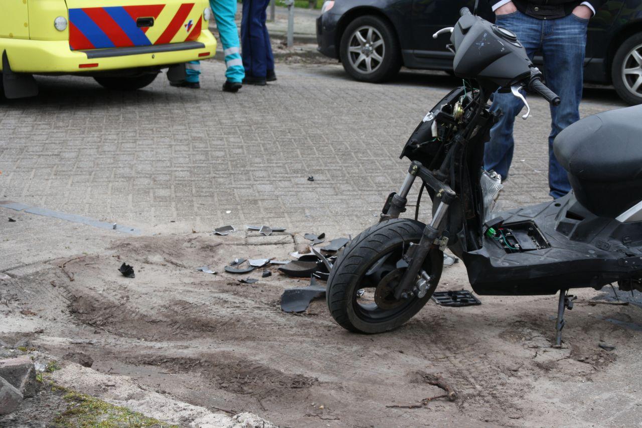 Scooter botst op auto