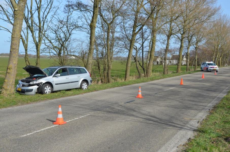 Auto tegen boom: bestuurder met schrik vrij