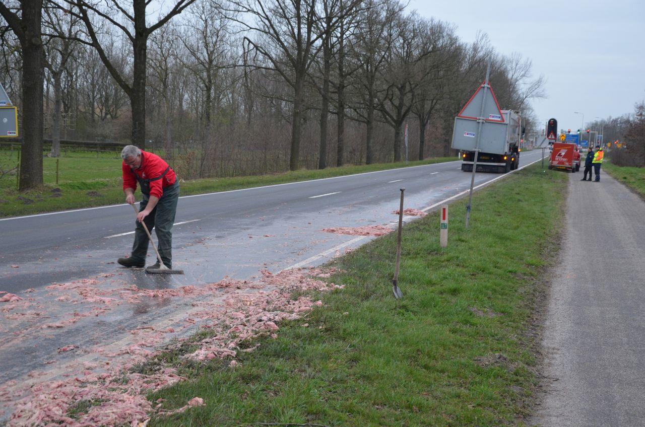 Vrachtwagen verliest slachtafval