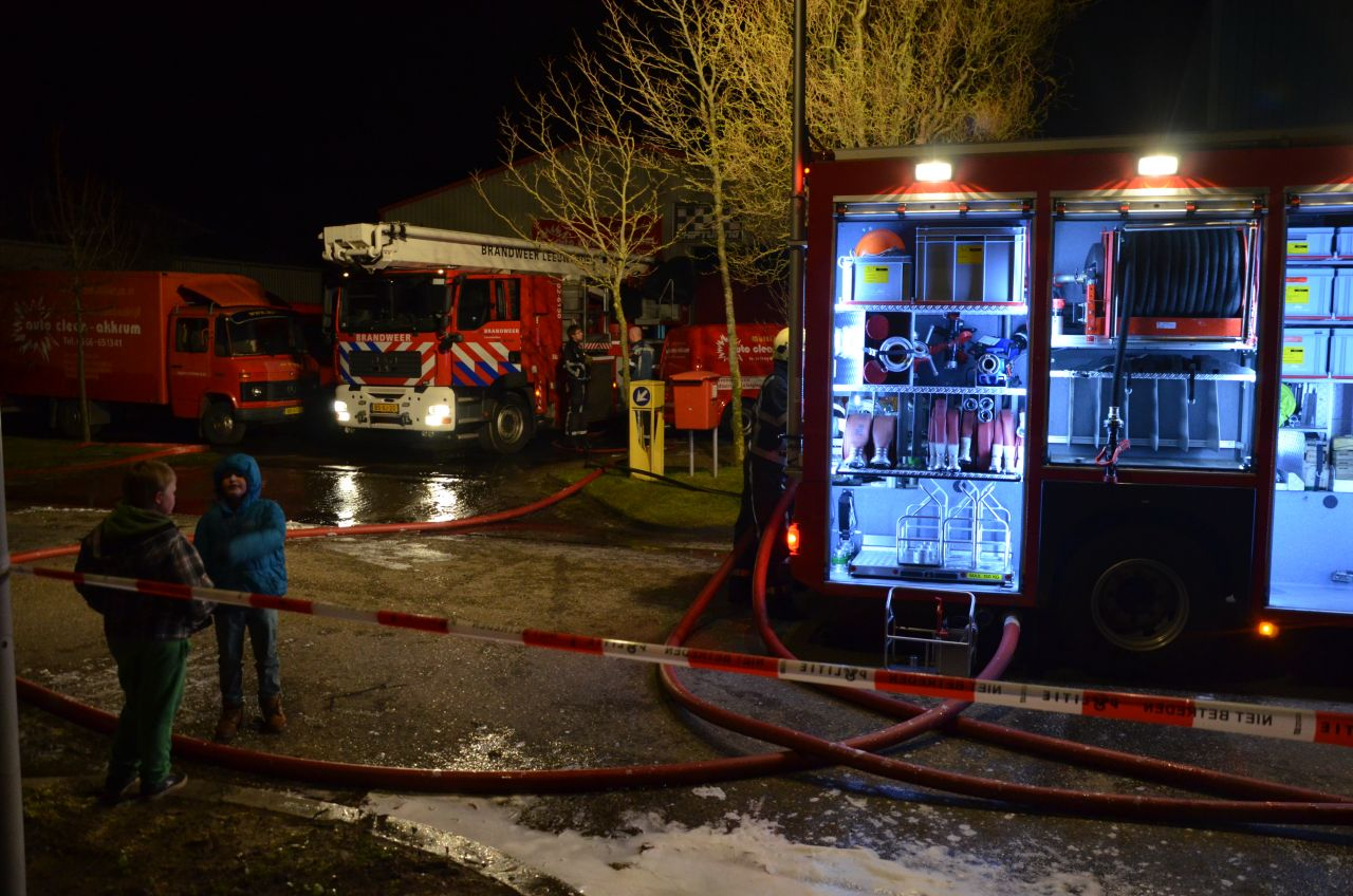 Uitslaande loodsbrand bij carcleaning bedrijf