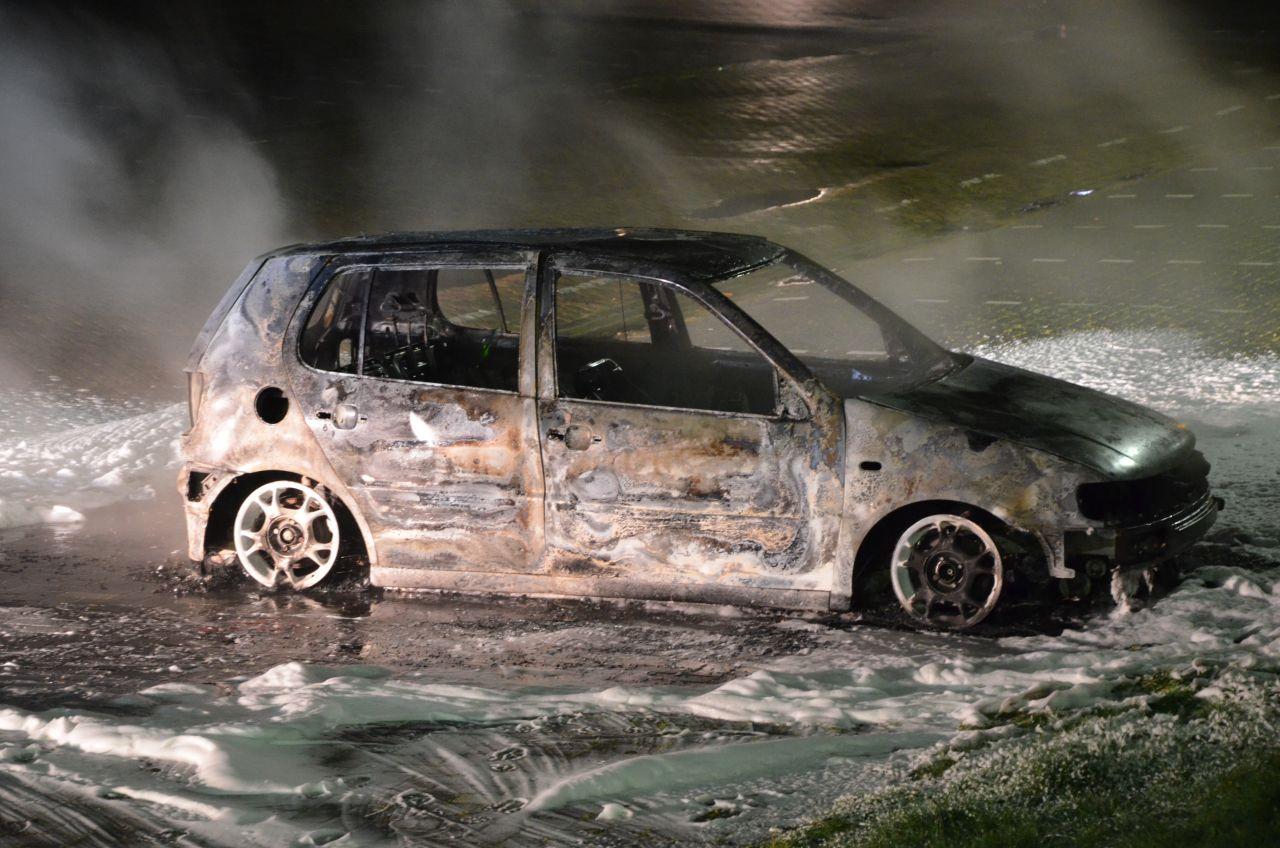 Autobrand op ijshalterrein