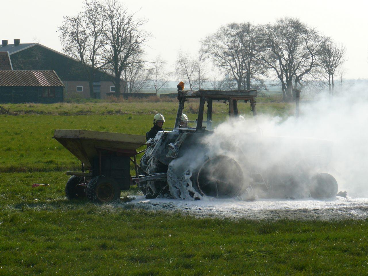 Tractor in weiland door brand verwoest