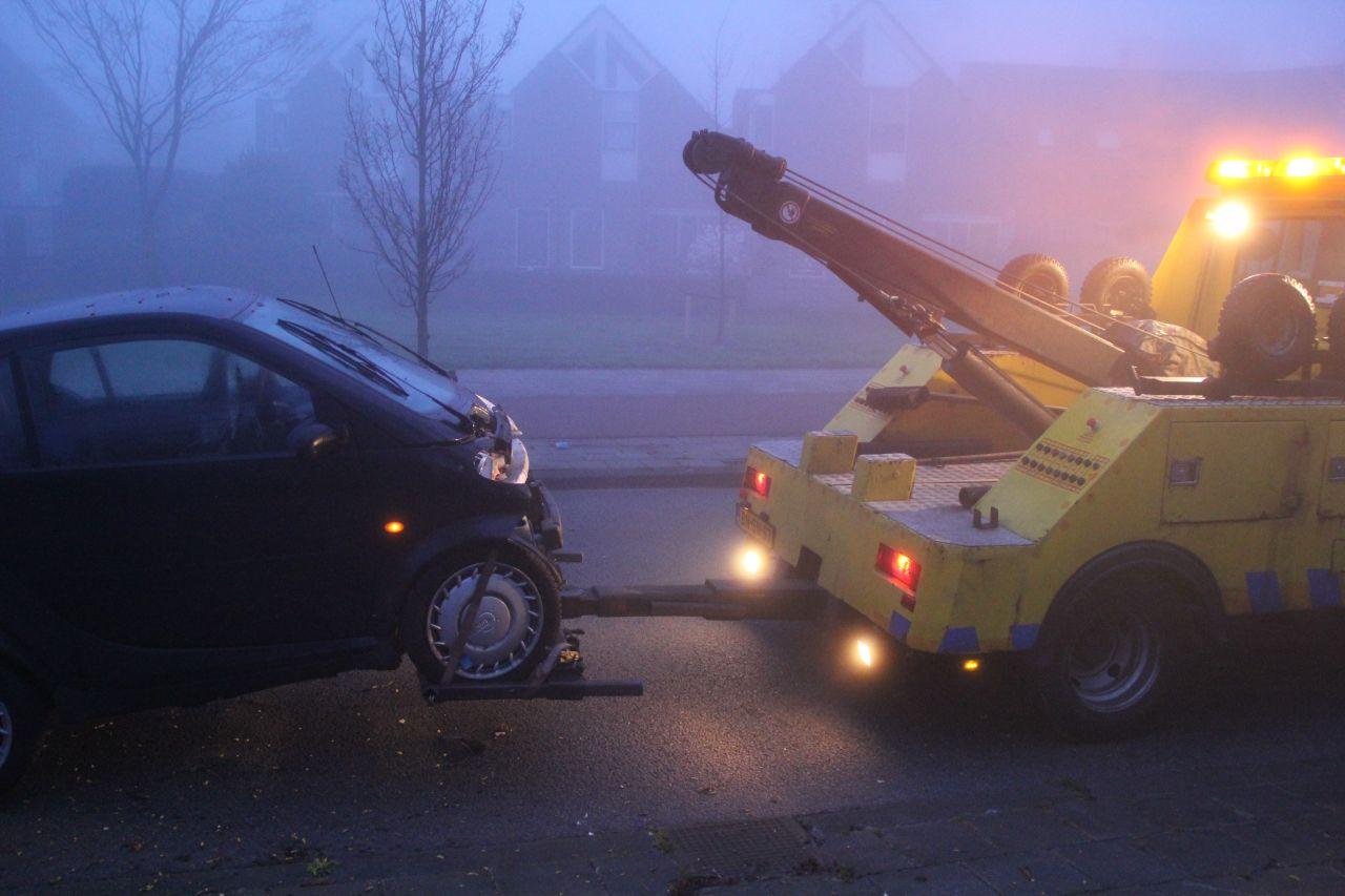 Auto tegen de boom door zeer dichte mist