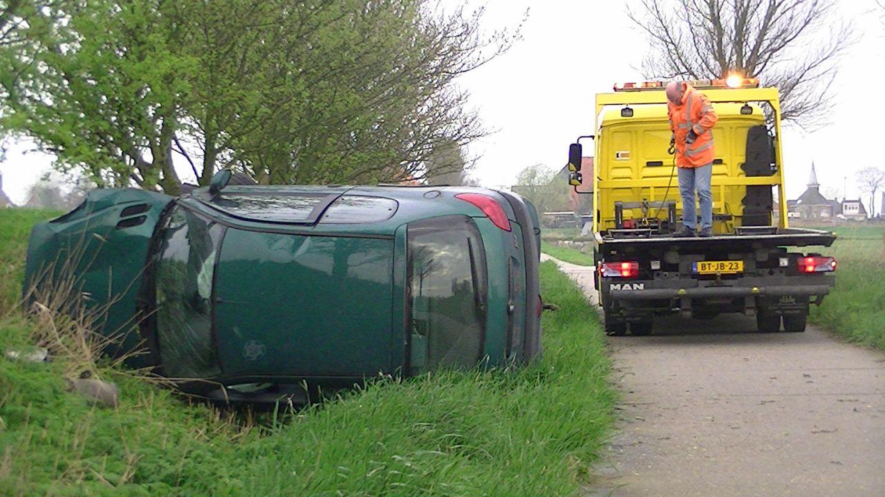 Auto op zijkant: bestuurder gewond