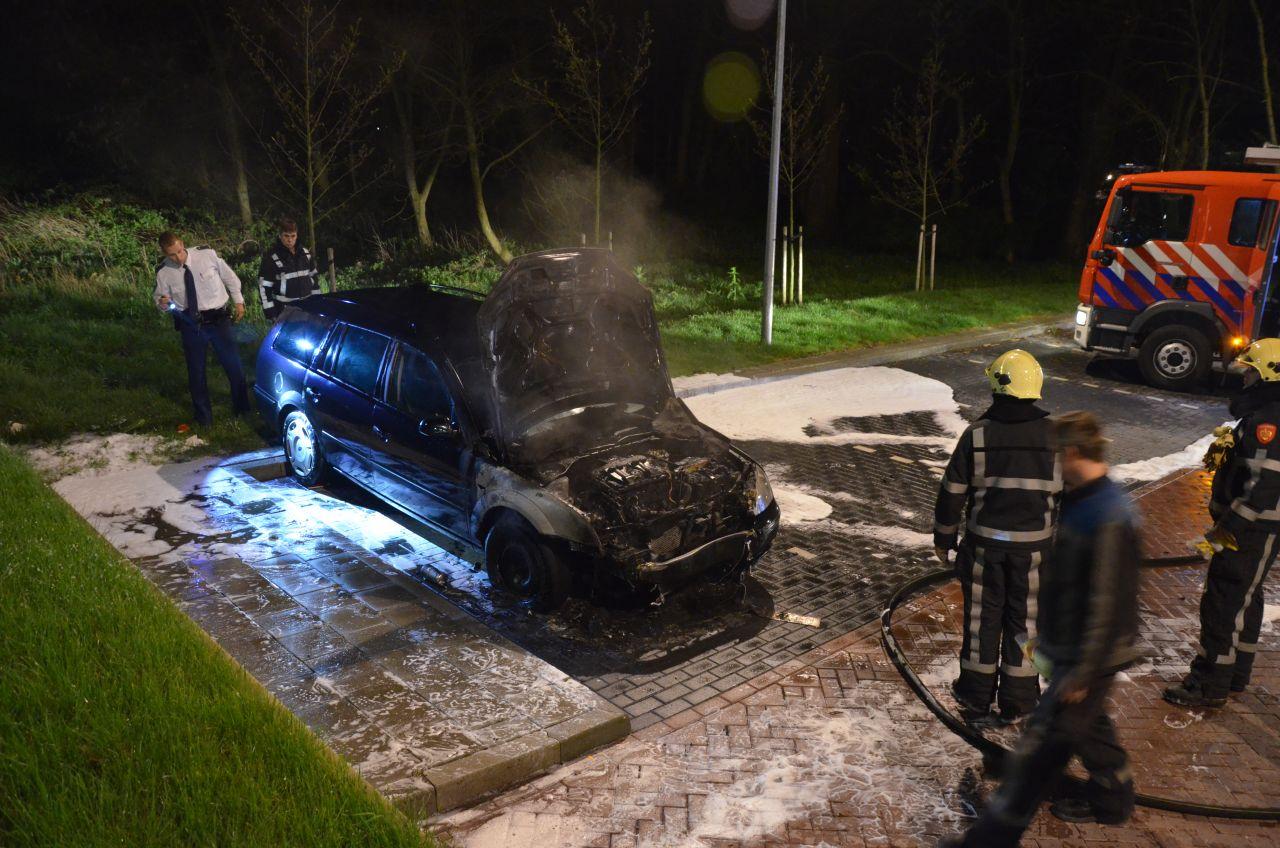 Auto brandt uit nabij station