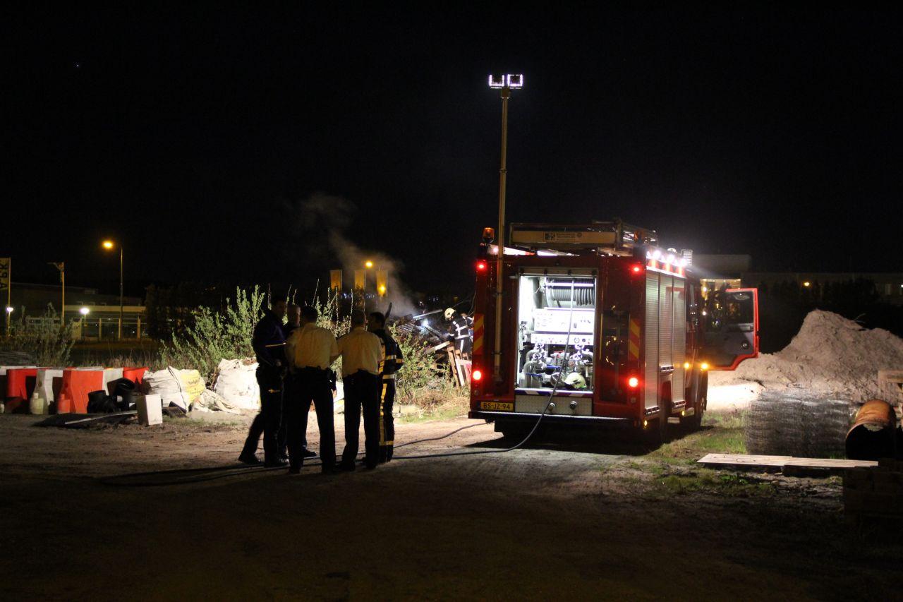 Brandende bult afval op industrieterrein