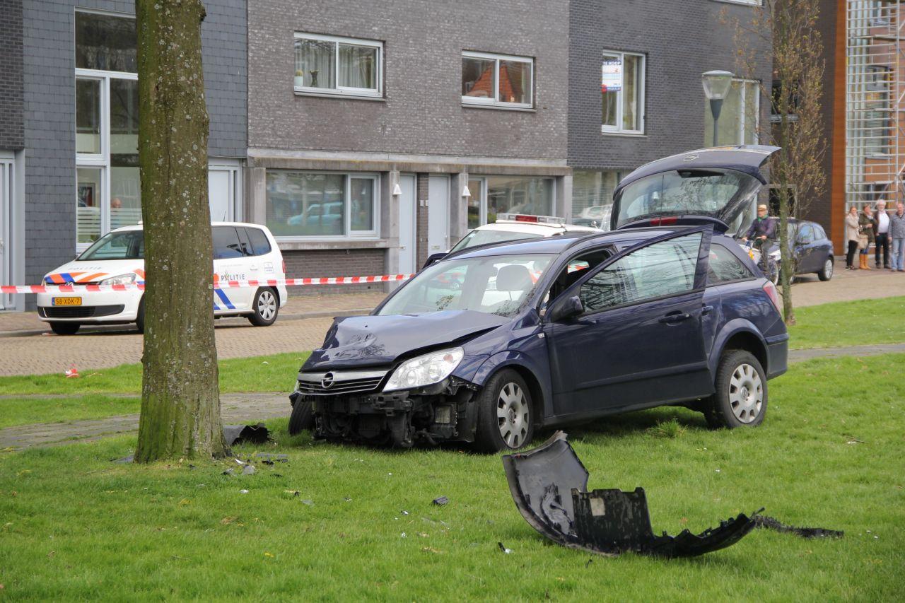Vrouw wordt onwel in auto en botst tegen boom