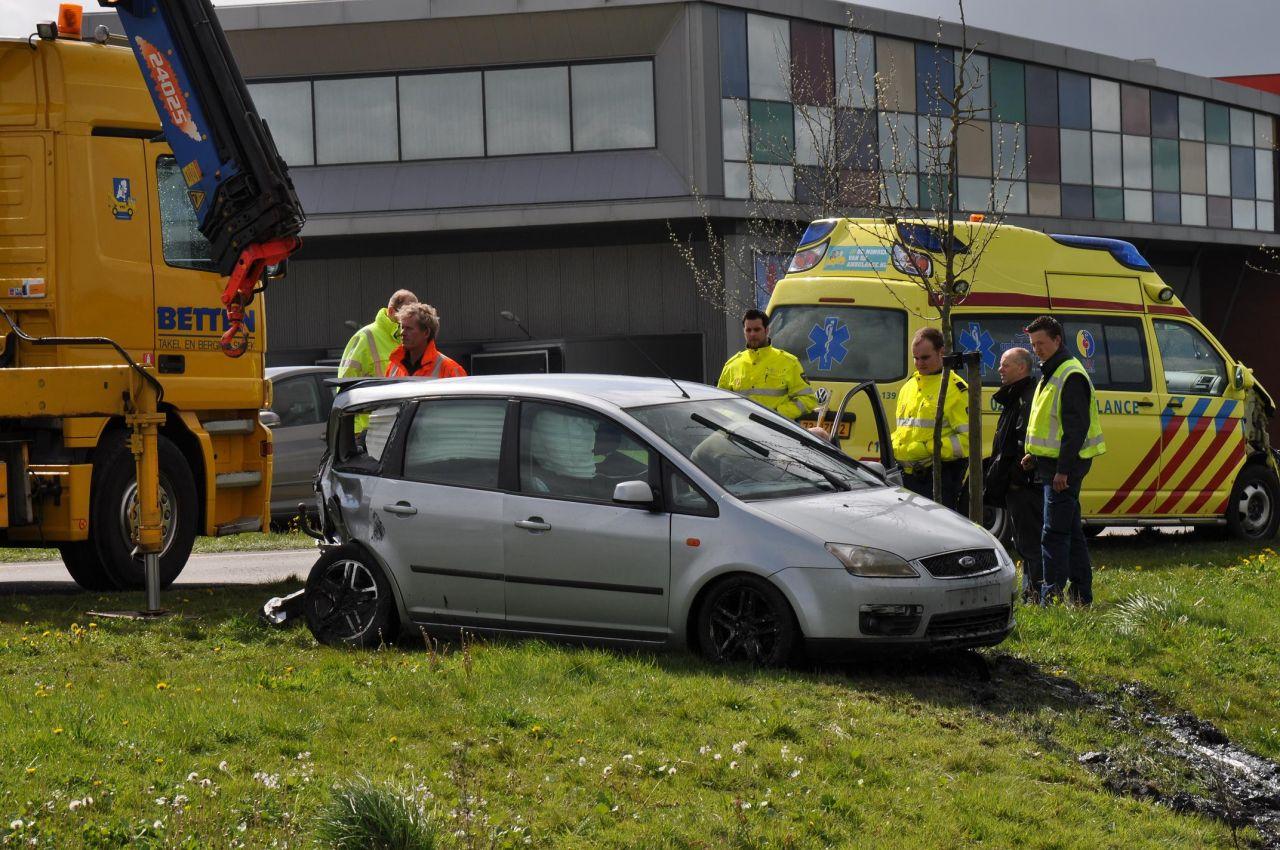 Auto te water en ambulance fors beschadigd na ongeval [update]
