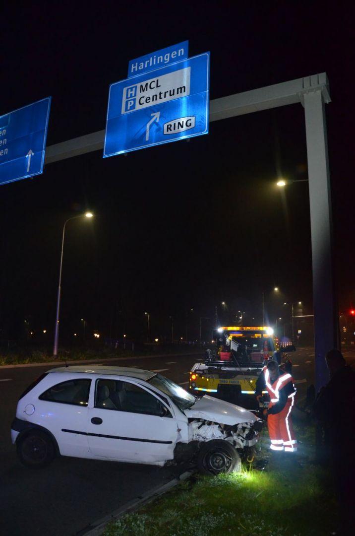 Auto botst tegen verkeersportaal