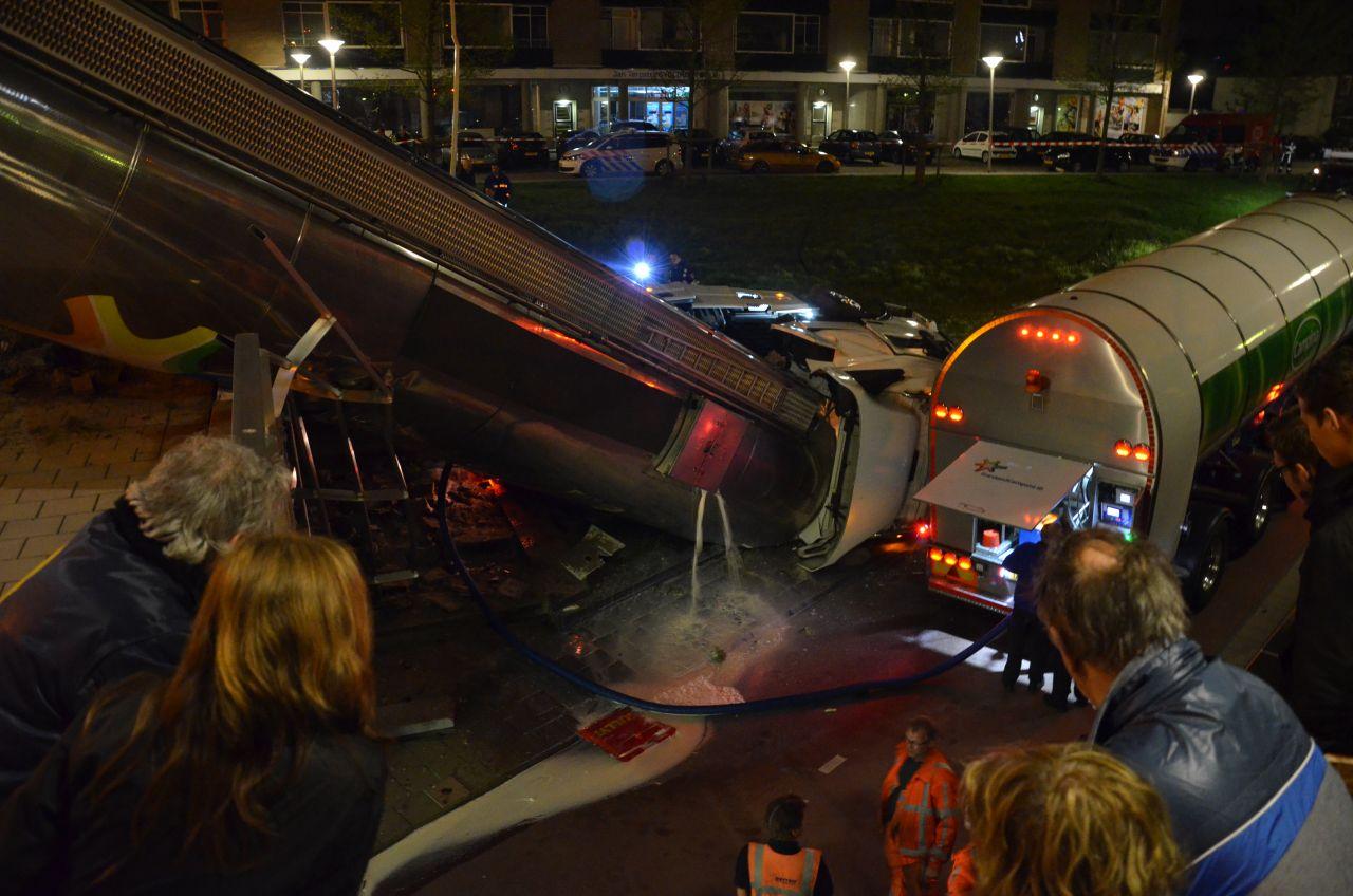 Tankwagen belandt naast fietstunnel