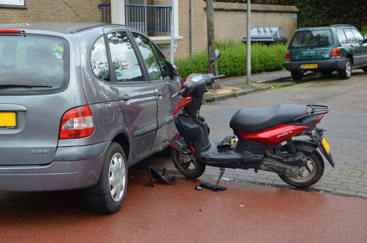 Scooterbestuurster gewond na aanrijding