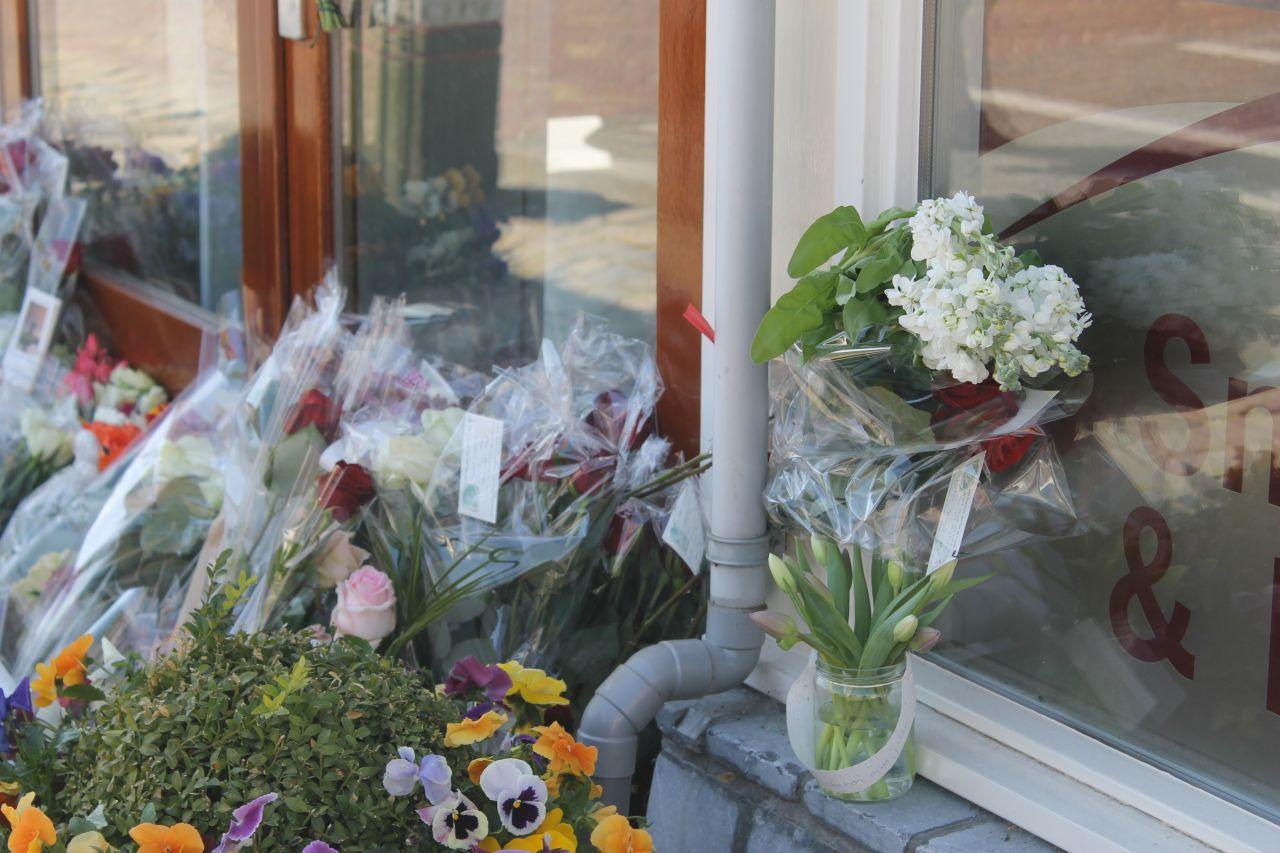 Bloemen voor omgekomen cafetaria-echtpaar