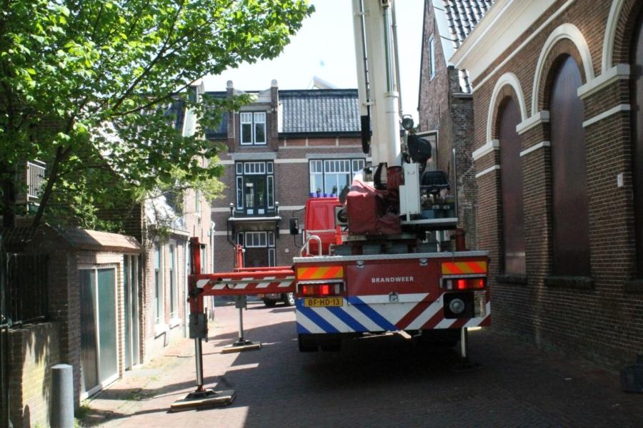 Kerkuil in boom zorgt voor brandweerinzet