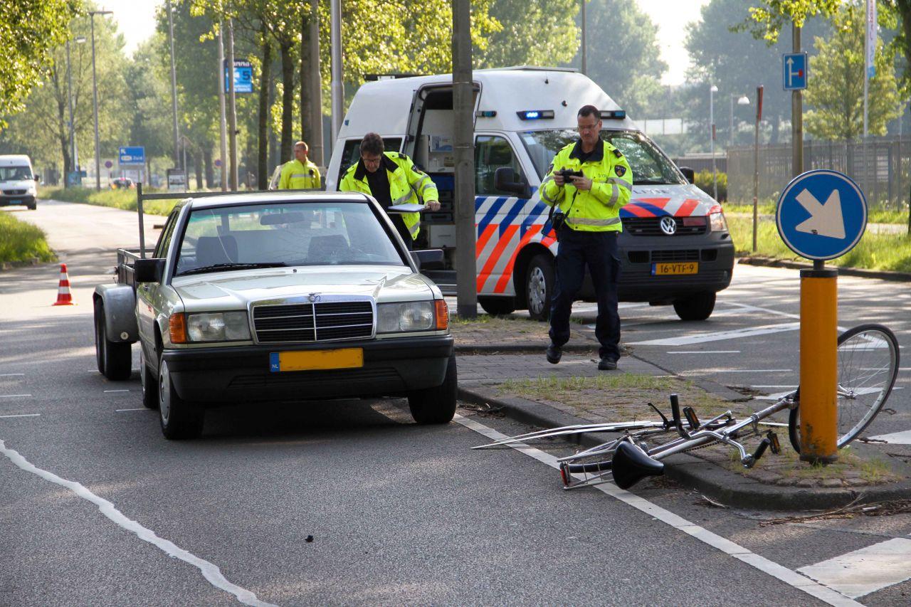 Fietser (14) geschept door auto