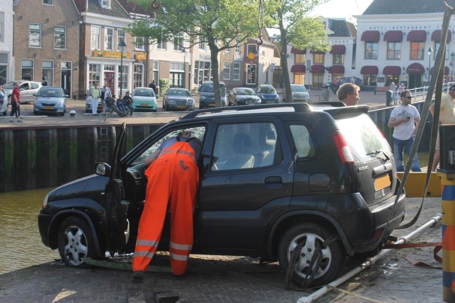 Auto met twee vrouwen te water in centrum Harlingen