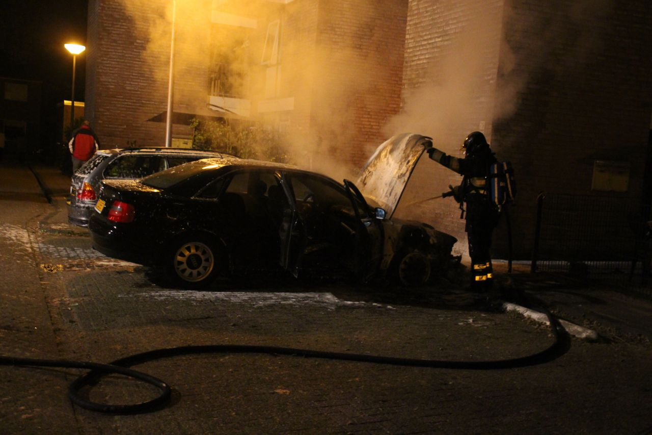 Auto verwoest door felle brand