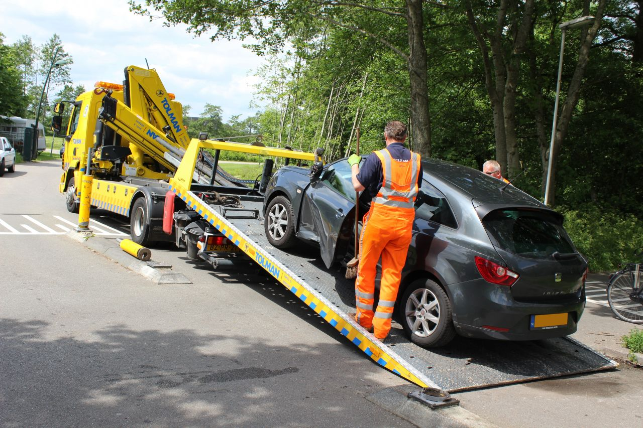 Auto's botsen: vrouw gewond