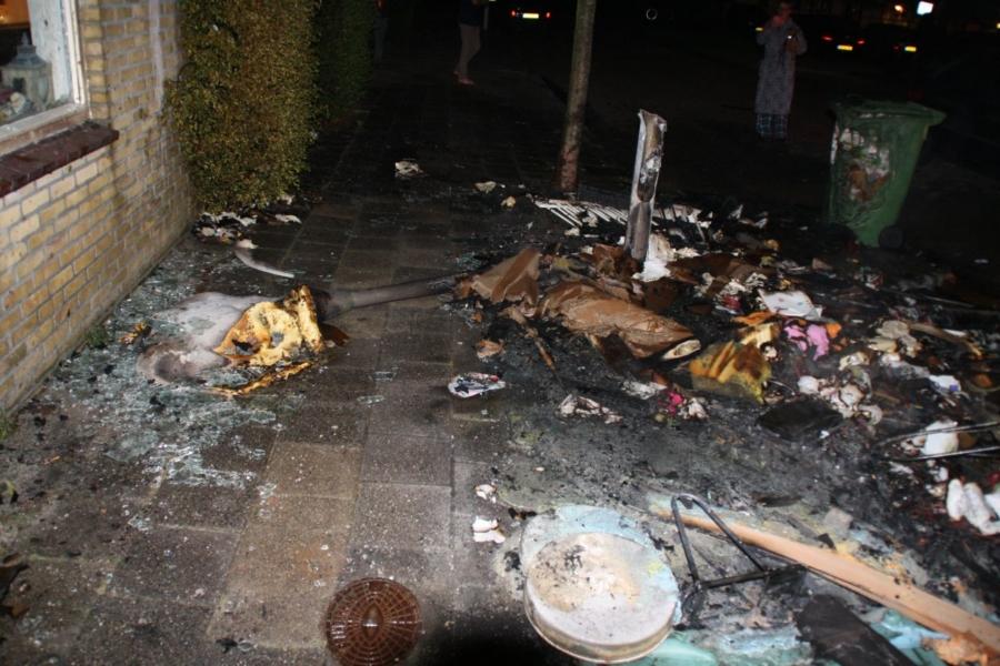 Schade aan woning en lantaarnpaal door brand