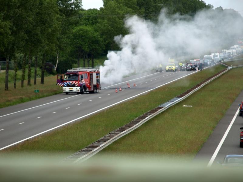 File en wegafsluiting A7 door brandend busje