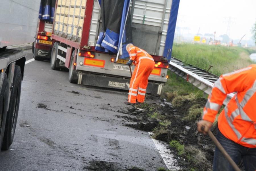 Vrachtwagen met kuikens vast in berm van N31