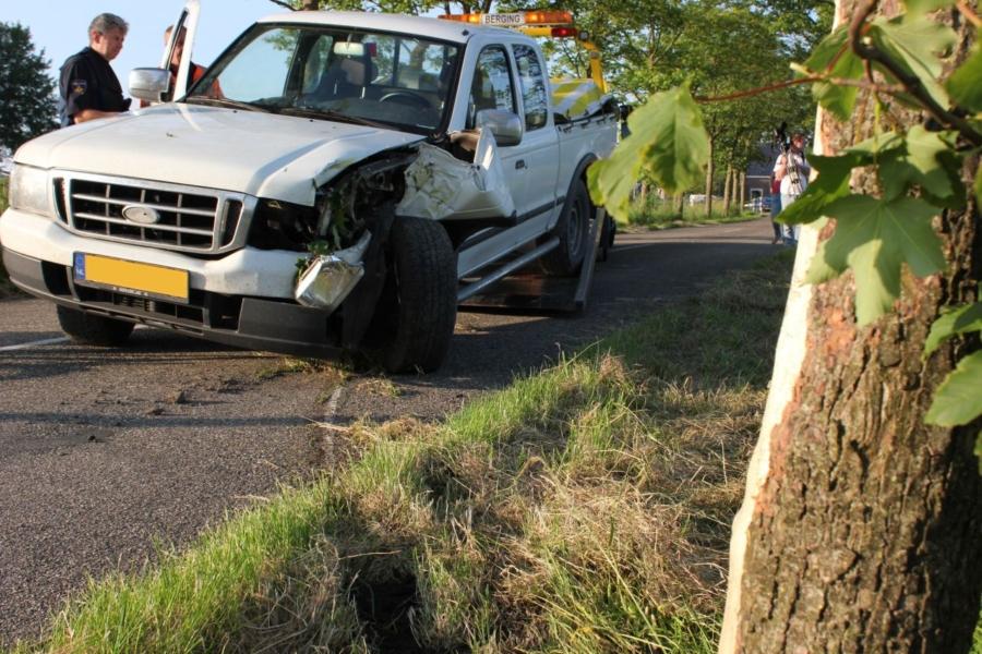 Bestuurder van pick-up rijdt tegen boom [update]