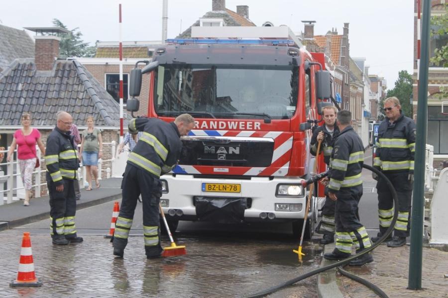 Brandweer reinigt wegdek