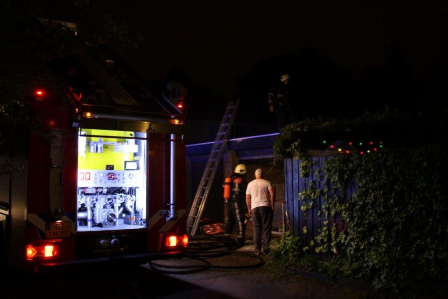Bewoners en brandweer blussen brandende schutting