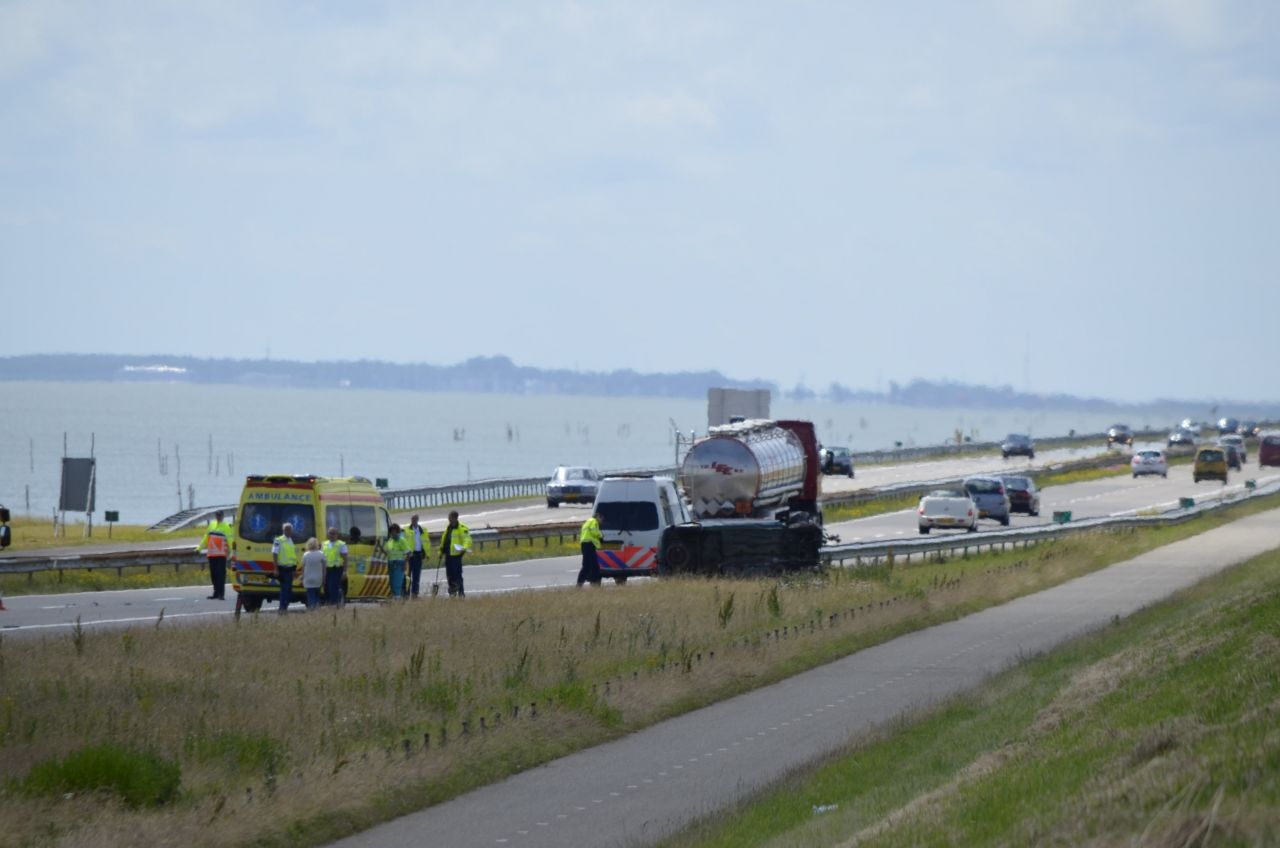 Auto op zijkant na ongeval op Afsluitdijk: getuigenoproep