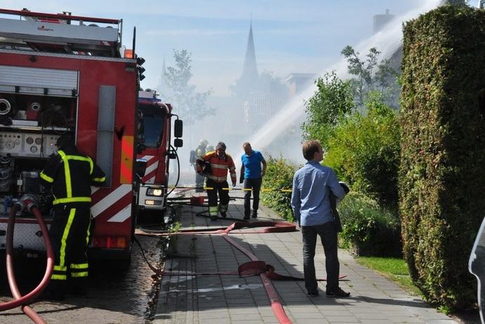 Containerbrand slaat over naar schuur: forse brand