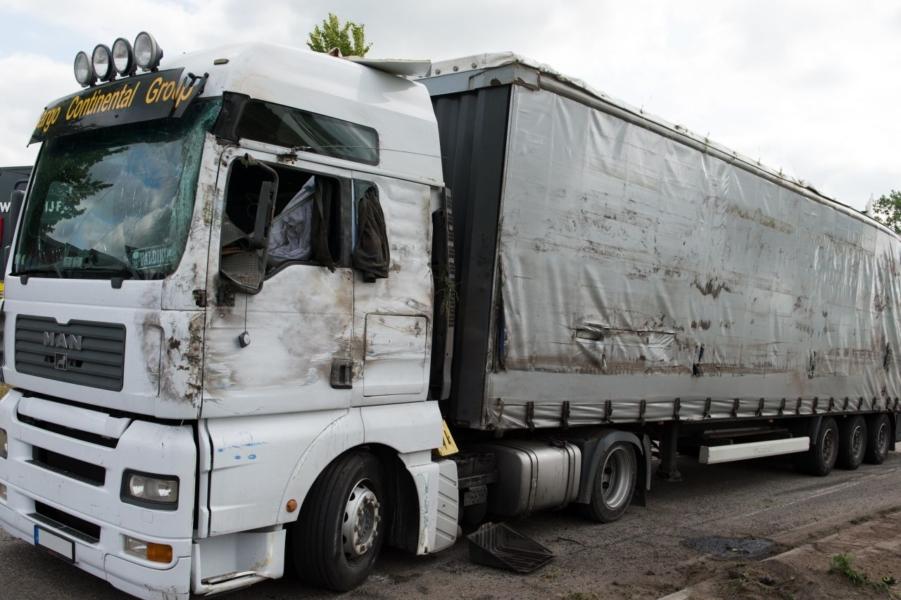 Vrachtwagen belandt op zijkant: bestuurder naar ziekenhuis [update]
