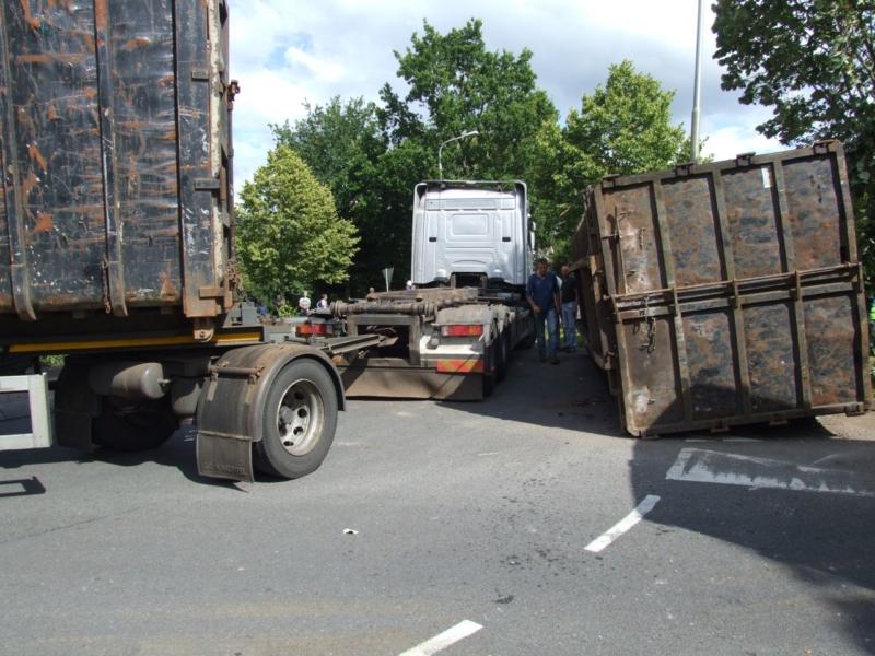 Vrachtwagen met oud ijzer gekanteld
