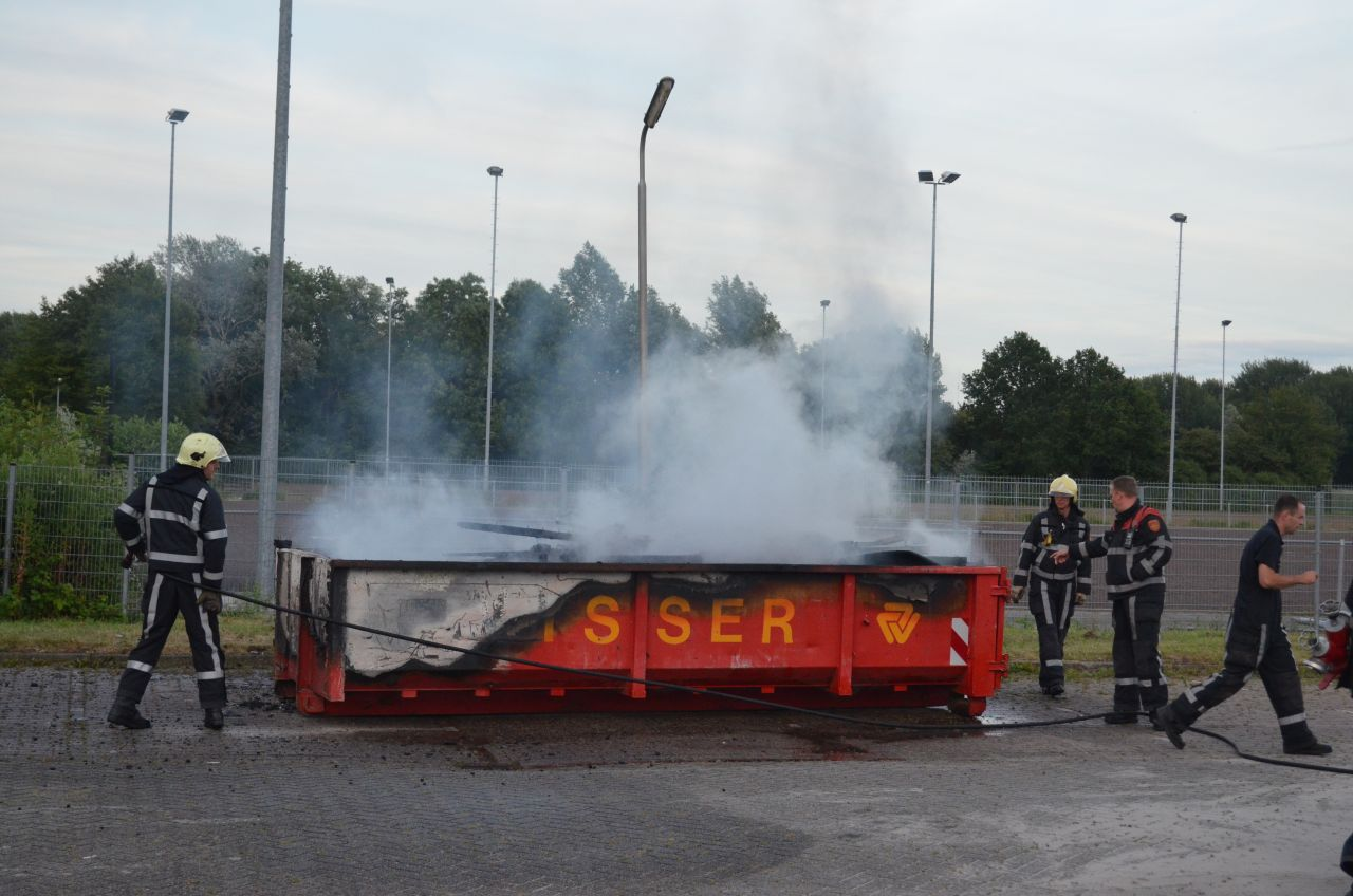 Container vol hout in brand