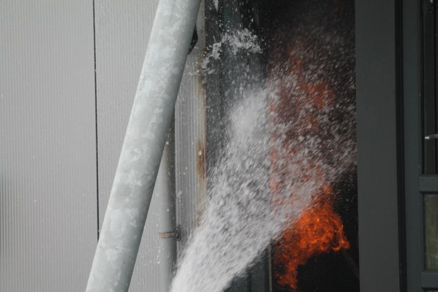 Bedrijfspand loopt schade op na brand