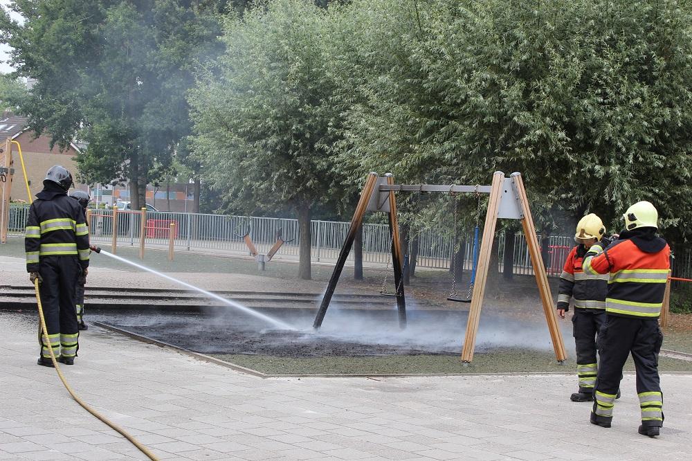 Rubberen matten en schommel in brand op schoolplein