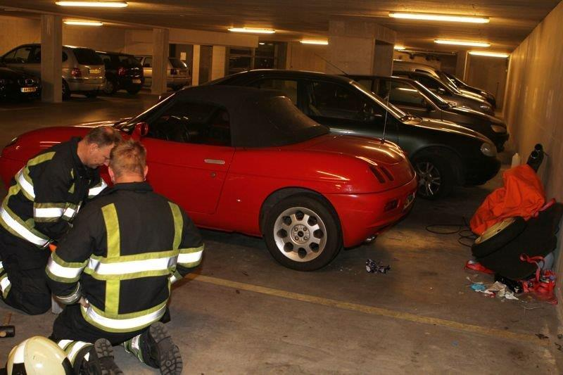 Man raakt bekneld onder auto