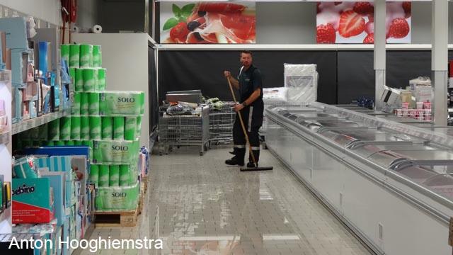Laagje water op vloer supermarkt na regenbui