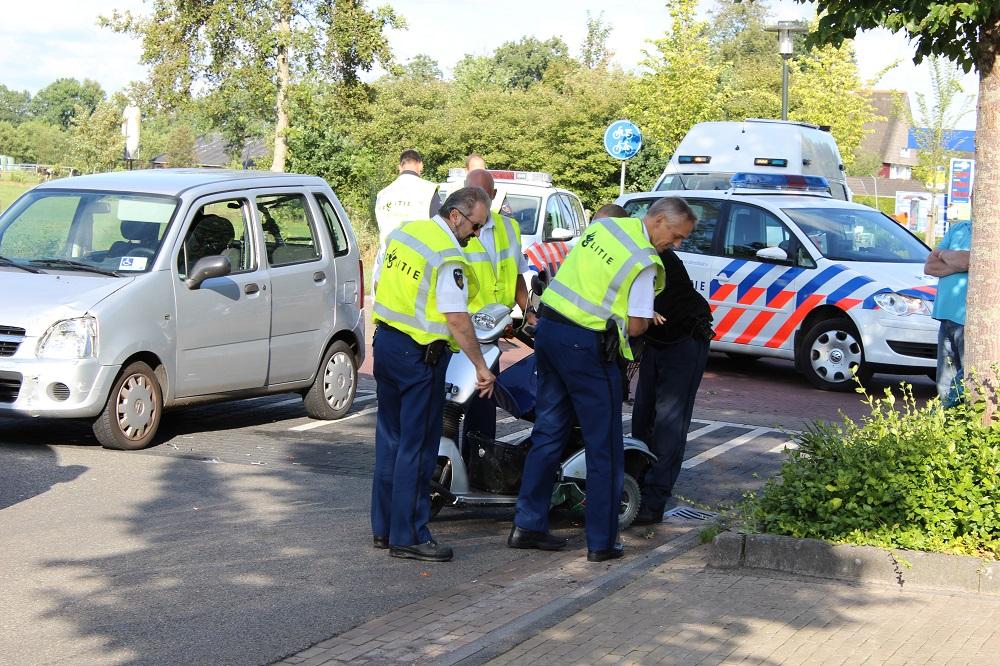 Scootmobiel aangereden door auto
