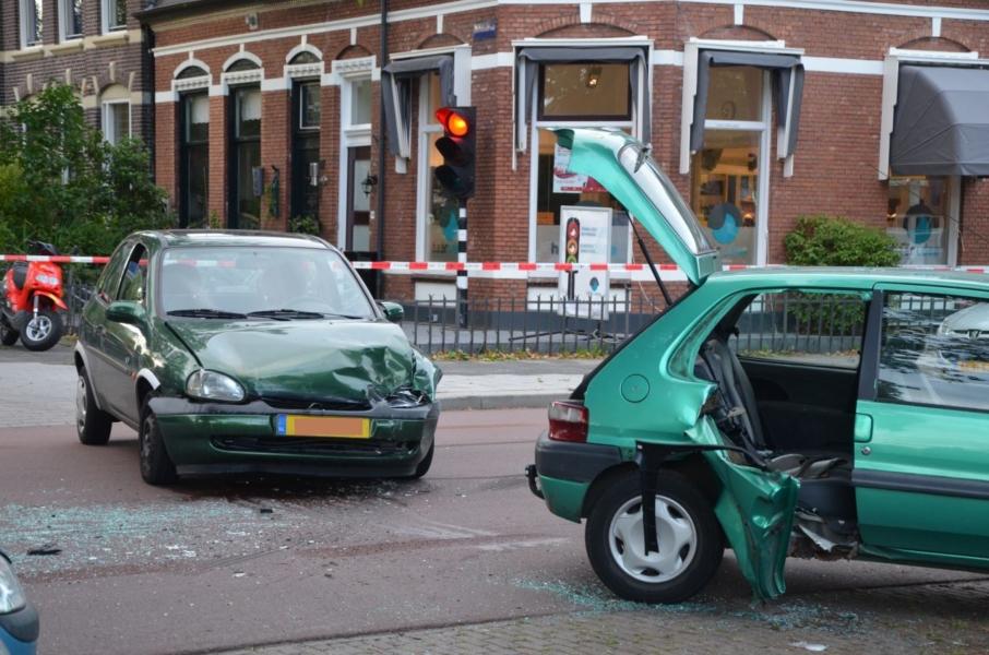 Gewonde uit de auto geknipt bij aanrijding