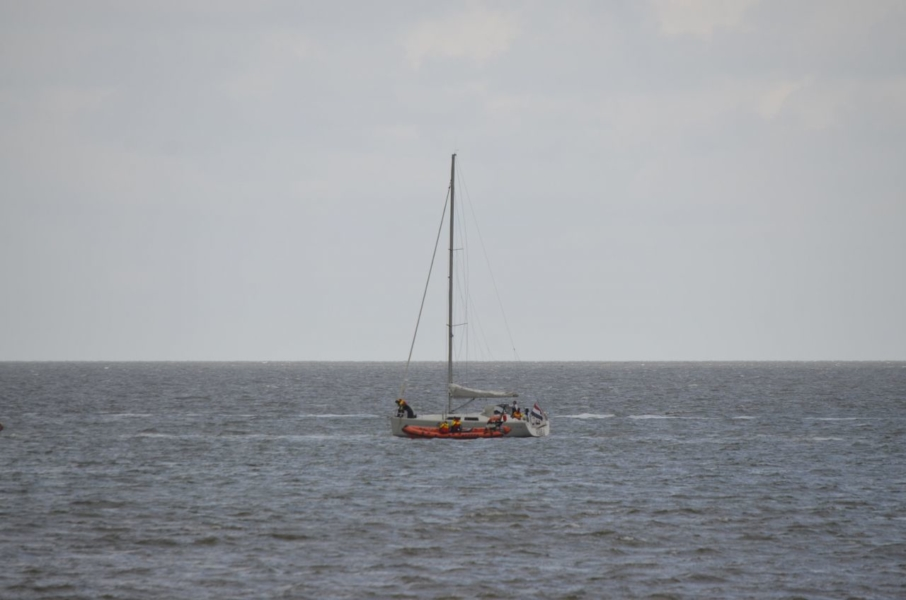 KNRM helpt zeiljacht op Waddenzee