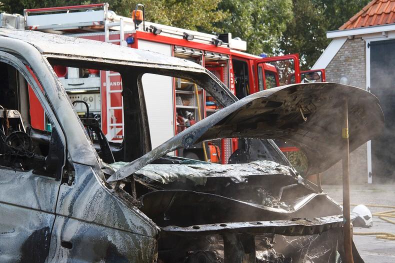 Dochter ruikt onraad, uur later busje verwoest door brand